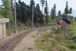 Glacier Express fährt aus dem Rugnux Tunnel Richtung Albulaviadukt 1