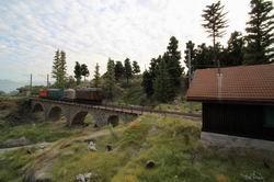 Der Rangiertraktor gezogen von Ge 2/4 222 wird von Thusis nach St. Moritz verschoben